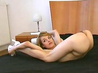 ver hawt golden-haired cutie expose her lerring