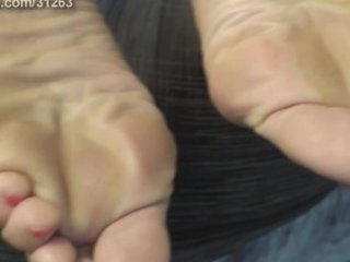 blond cougar soles and feet.